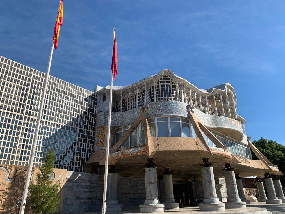 Fachada y entrada principal de la Asamblea Regional de Murcia