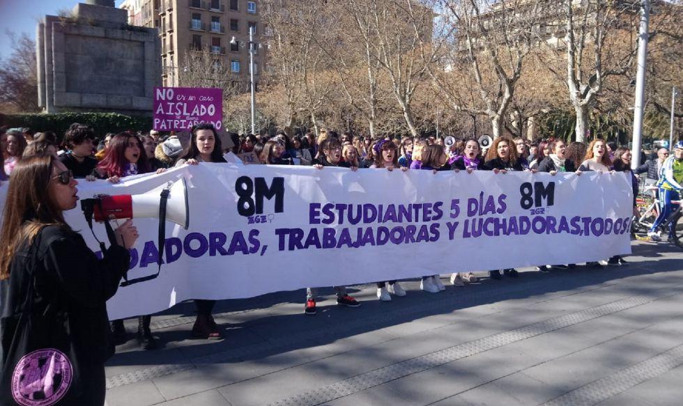 Cabecera de la manifestación estudiantil matinal en Zaragoza.