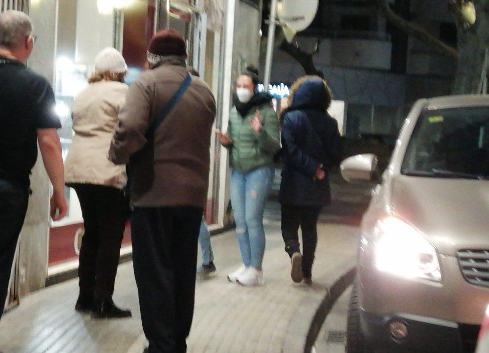 Cada vez se ve más gente con mascarillas por las calles de Gandia como medida preventiva, aunque la mayor recomendación de las autoridades es quedarse en casa y evitar las salidas si no son necesarias