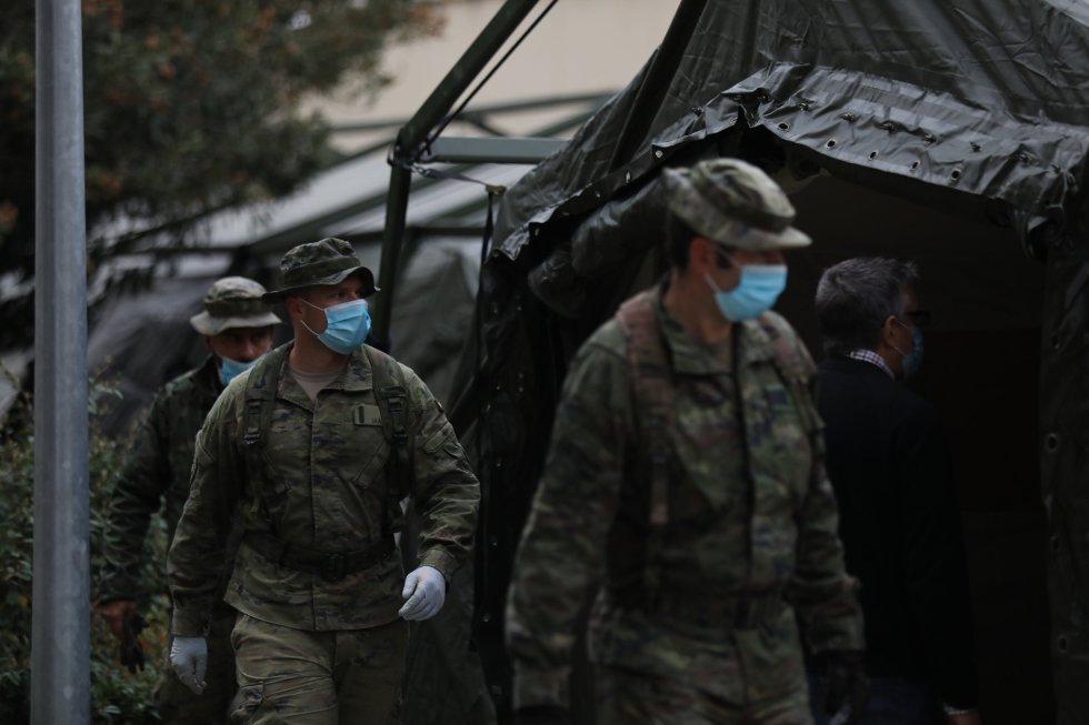 El Mando de Ingenieros REI 11 del Ejército español, con sede en Salamanca, ayuda en Madrid a instalar un hospital provisional.