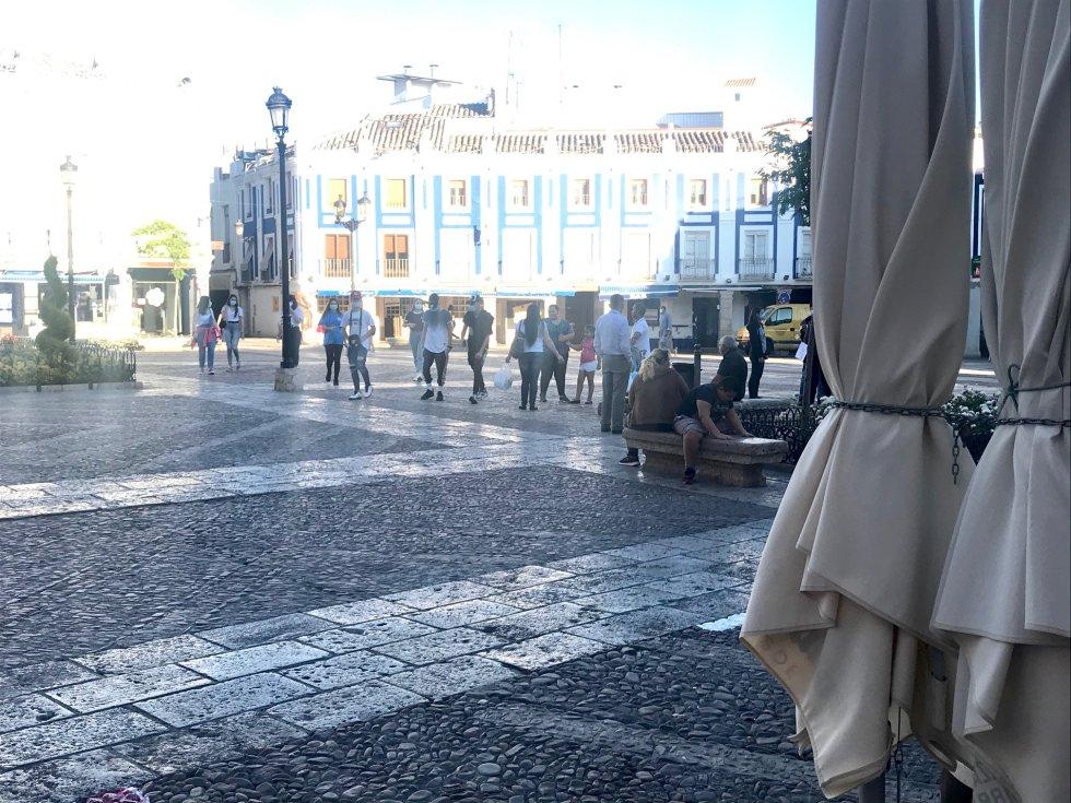 La afluencia de personas, en la Plaza de España de Valdepeñas, pasadas las 20h de este primer día de la Fase 1