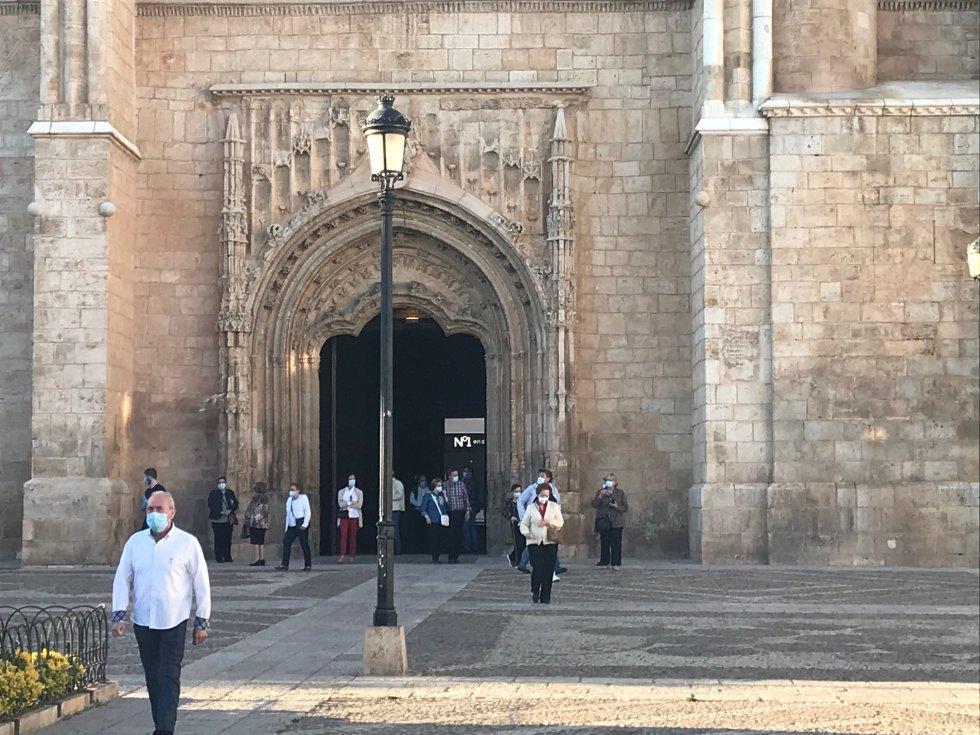 Las puertas abiertas de la Iglesia de la Asunción de Valdepeñas, a última hora de la tarde