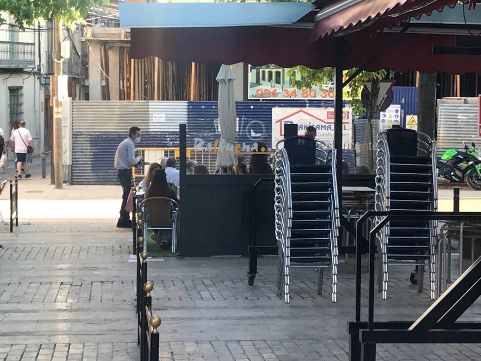 Unas terrazas deciden abrir y, otras, no, en la Plazoleta Balbuena
