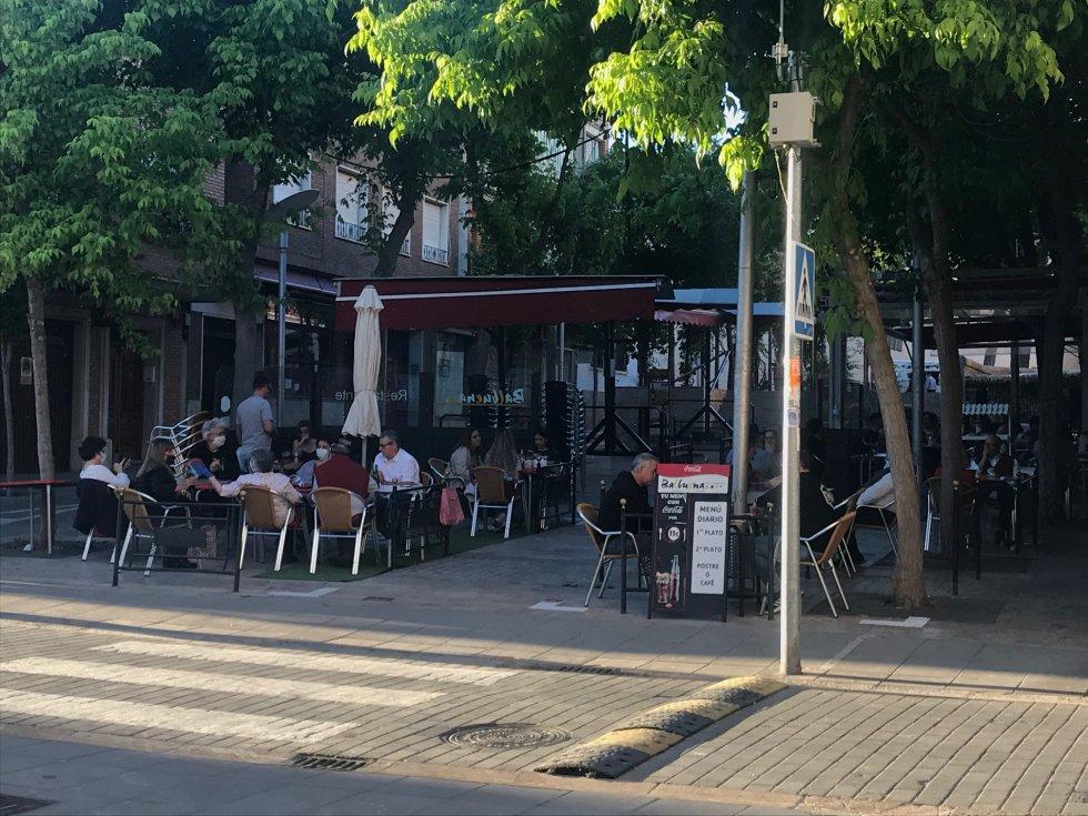 Aforo completo en las pocas mesas que se permitía a los restaurantes, bares y cafeterías. En esta ocasión, en la Plazoleta Balbuena, pasadas las 20h