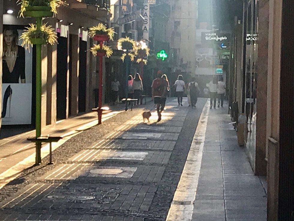 Imagen de la Calle Escuelas, tras concluir la jornada laboral de los negocios. Una calle que ha presentado una gran afluencia de personas, durante toda la mañana