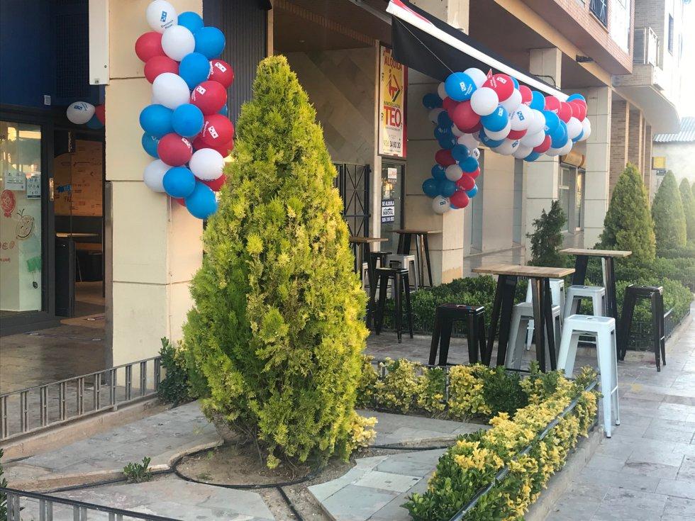 La restauración saca sus mesas a las terrazas, con la separación mínima de dos metros. Un ejemplo, el del Dominos Pizza en el Canal de Valdepeñas