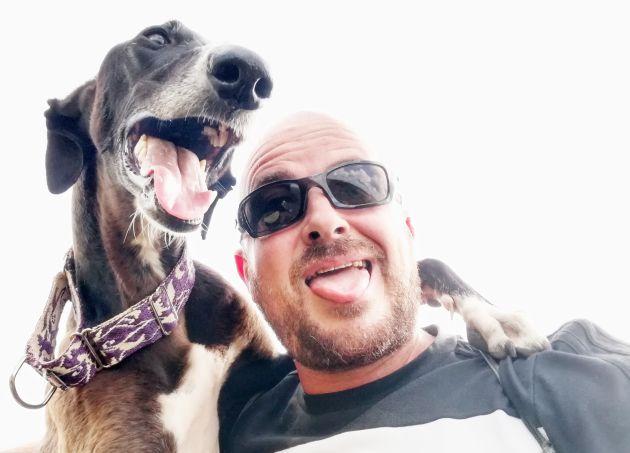 Un perro y su dueño