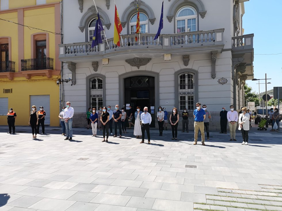 Minuto de silencio en el Ayuntamiento de La Vall d'Uixó