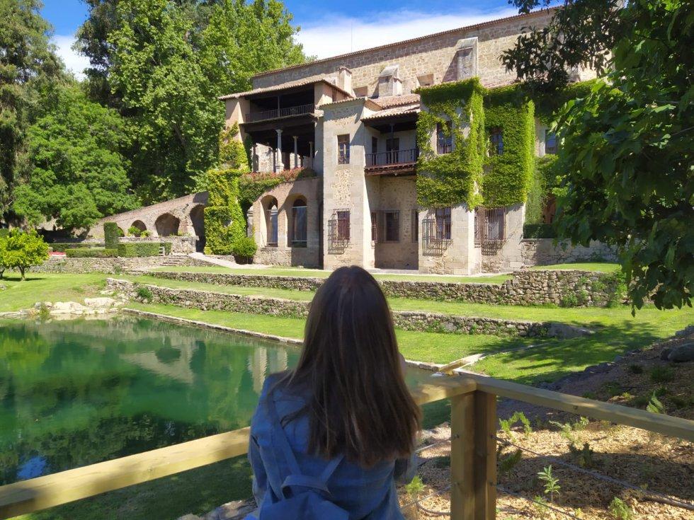 Una joven en el mirador junto al estanque en el Real Monasterio Jerónimo de Yuste