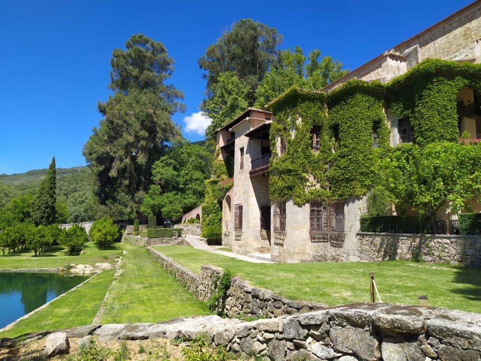 Estanque y fachada sur en el Real Monasterio Jerónimo de Yuste