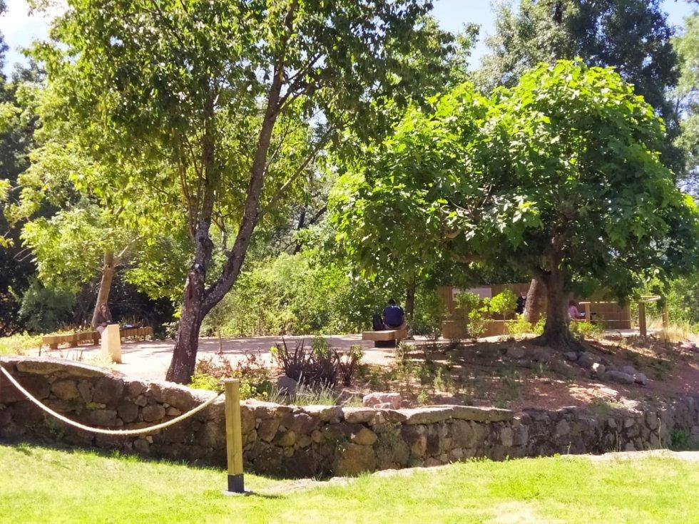 Zona del mirador junto al estanque en el Real Monasterio Jerónimo de Yuste