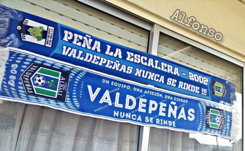 La marea azulona apoyará, en la distancia, al Viña Albali Valdepeñas. Unos ánimos que comienzan a verse en diferentes balcones de la localidad del vino