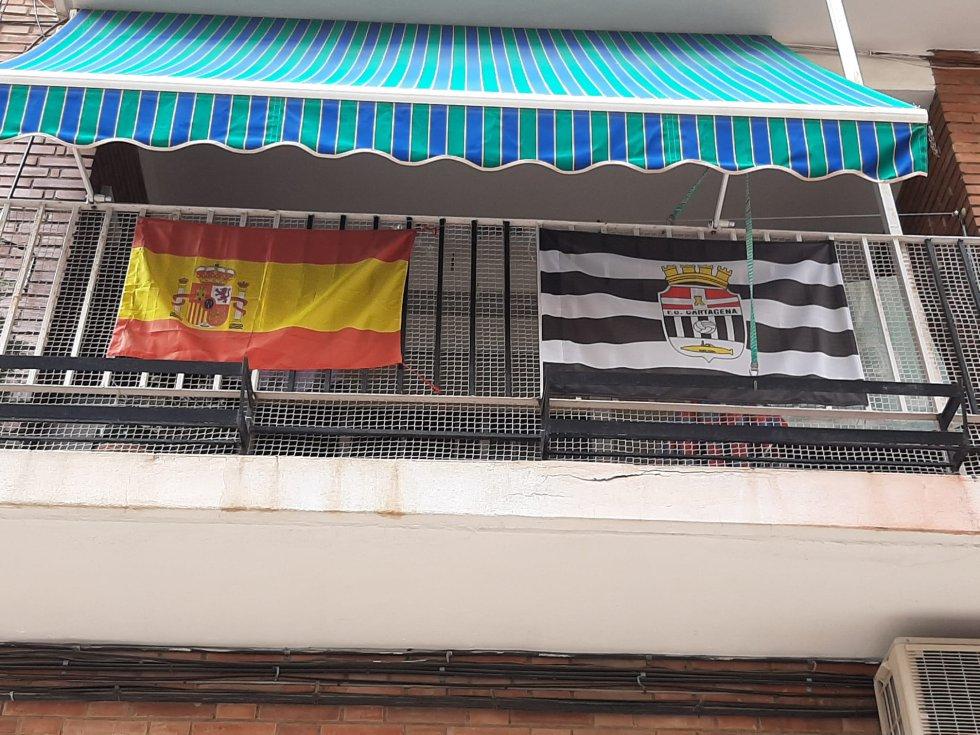 Banderas del Cartagena en los balcones de la ciudad.