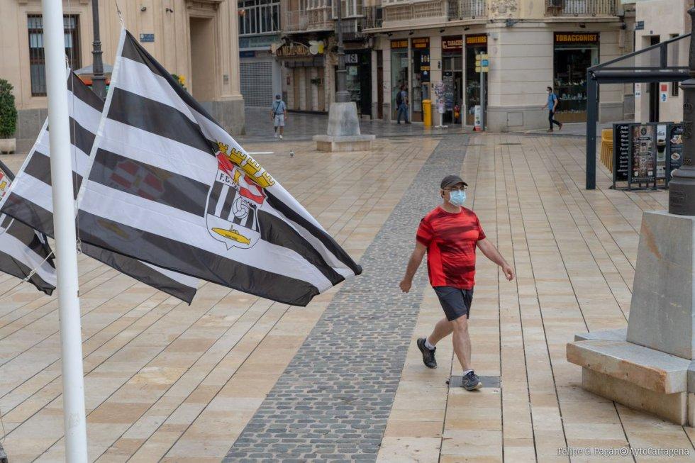 Banderas del F.C Cartagena en la Plaza del Ayuntamiento.
