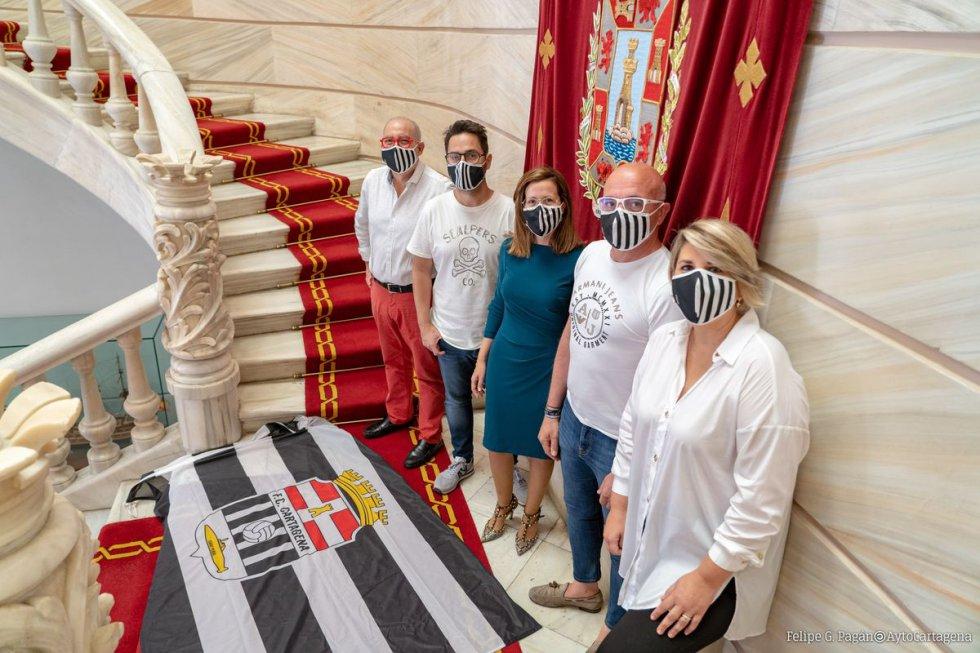 La alcaldesa y vicealcaldesa de Cartagena con directivos del Cartagena F.C en el interior del Palacio Consistorial.