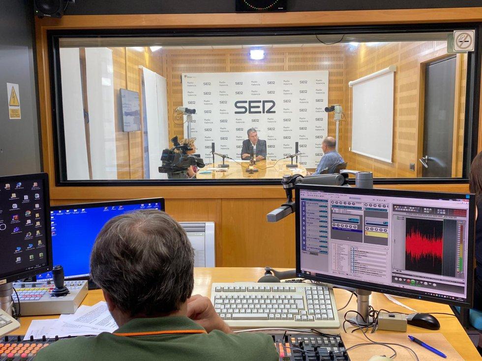 La concejala de Envejecimiento Activo, Pilar Bernabé, y el director de Aulas 3.ª Edad, Vicente Arenas, participan en el Encuentro SER moderado por el director regional de la Cadena SER, Bernardo Guzmán.