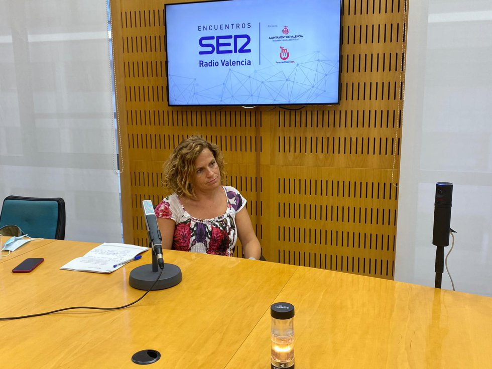 La concejala de Envejecimiento Activo de València, Pilar Bernabé, y el director de Aulas 3.ª Edad, Vicente Arenas, participan en una nueva edición de Encuentros SER moderada por el director regional de la Cadena SER, Bernardo Guzmán.