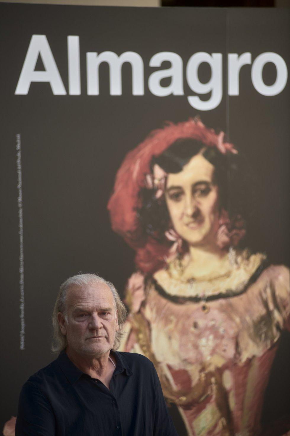 Lluís Homar junto al cartel oficial del Festival de Almagro