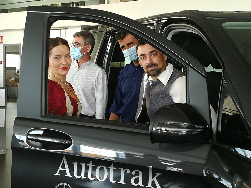 Actores de la compañía El taular, en el concesionario de Mercedes Benz en Ciudad Real