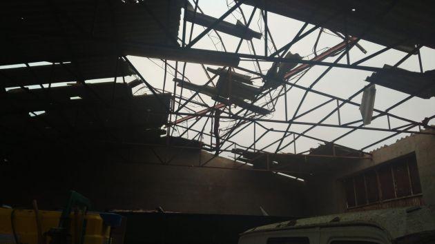 El tejado de una nave destrozado en Santa María del Campo Rus