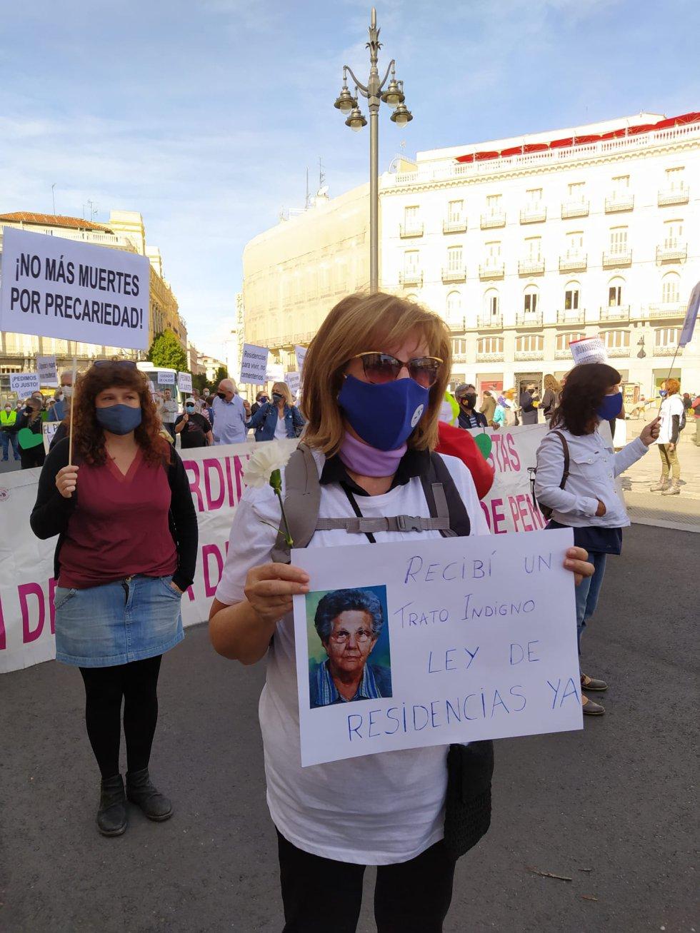 Algunos de los manifestantes han denunciado las situaciones de precariedad que han vivido sus familiares en distintos centros de mayores