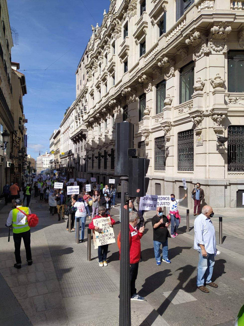 La manifestación, que ha llegado hasta el Ministerio de Sanidad, ha intentado mantener las distancias de seguridad