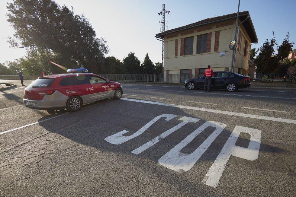 Policías forales controlan las carreteras de Falces el mismo día de la entrada en vigor del confinamiento en el municipio debido al aumento de casos de Covid-19, en  Falces, Navarra, (España), a 30 de septiembre de 2020. Al confinamiento de Falces se une el municipio de Funes al presentar una incidencia acumulada en los últimos 14 días que supera los 1.000 casos por 100.000 habitantes. Estas restricciones, cuya duración se extenderían de inicio hasta las 23.59 horas del 6 de octubre, están sujetas al correspondiente análisis de la evolución epidemiológica y sanitaria. 30 SEPTIEMBRE 2020;COVID19;PAMPLONA;NAVARRA;CONFINAMIENTO;CORONAVIRUS Eduardo Sanz / Europa Press 30/09/2020