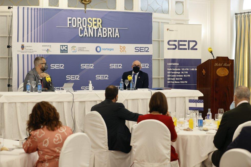 Otro momento de la intervención del consejero en Foro Ser Cantabria.