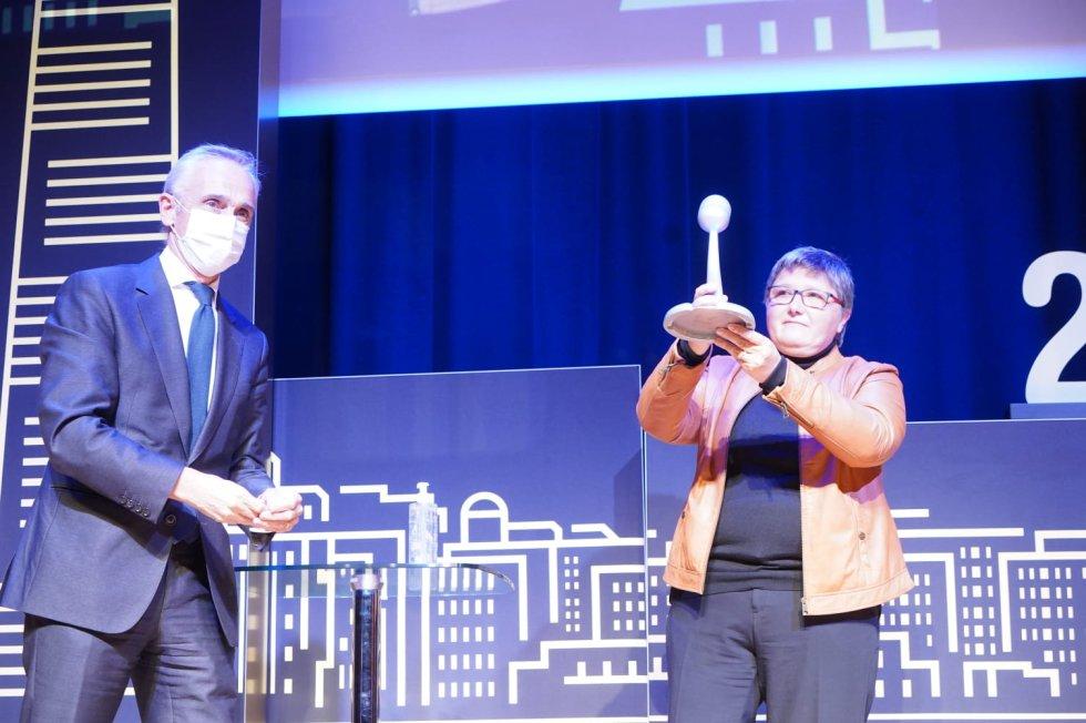 Maria JOsé Saz, directora de BC3 recogiendo el galardón en la categoría de Investigación
