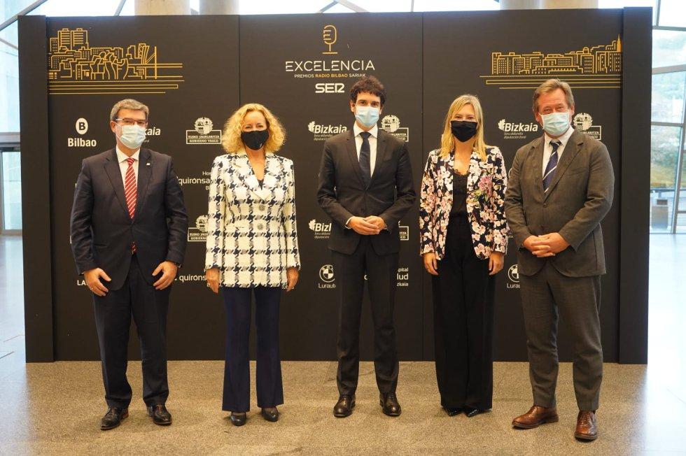 Juan María Aburto, Begoña Marañón, Unai Rementeria, Ana Otadui y Bigen Zupiria, portavoz y consejero de Cultura, Euskera y Deporte del Gobierno vasco