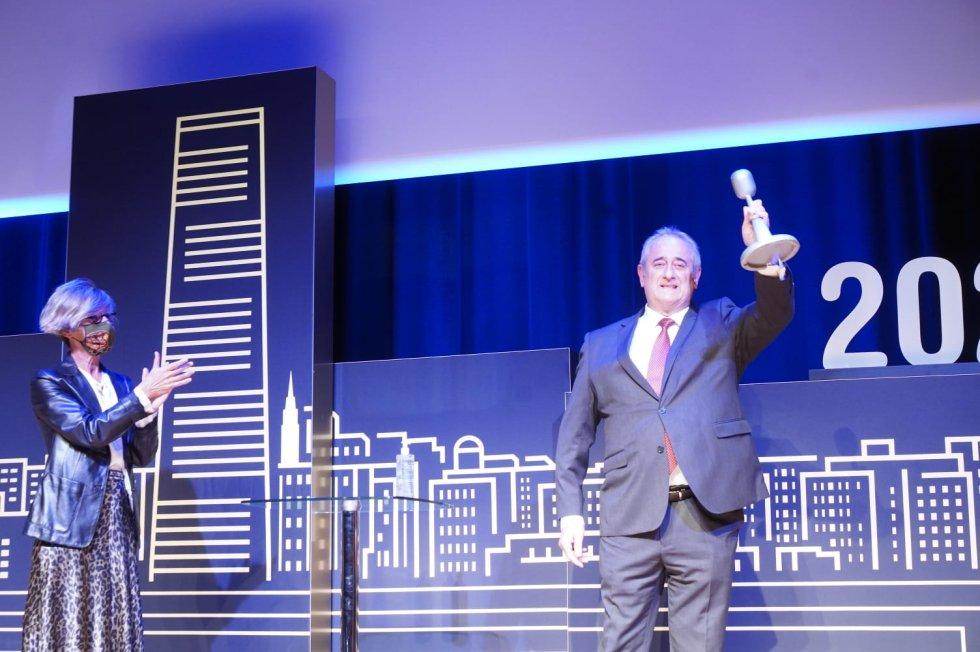 El padre de Asier Etxeandia recoge el premios