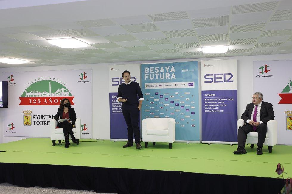 Carlos García, en el centro, en otro momento de la presentación de 'Besaya Futura'.