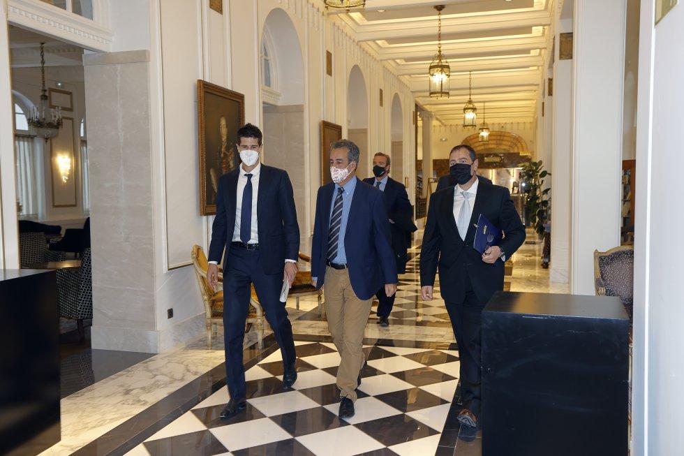 Javier Benito, Francisco Martín y Jordi Finazzi, a su llegada a la nueva edición de Foro SER Cantabria en el Hotel Real.