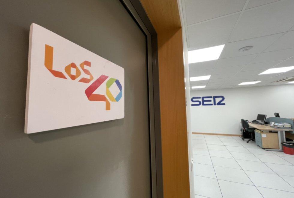 Entrada al estudio de Los 40 Málaga con la redacción de SER Málaga al fondo