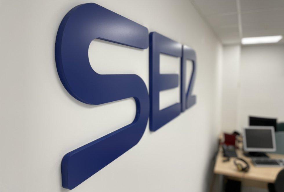 Logo principal de la SER en la redacción de informativos de SER Málaga