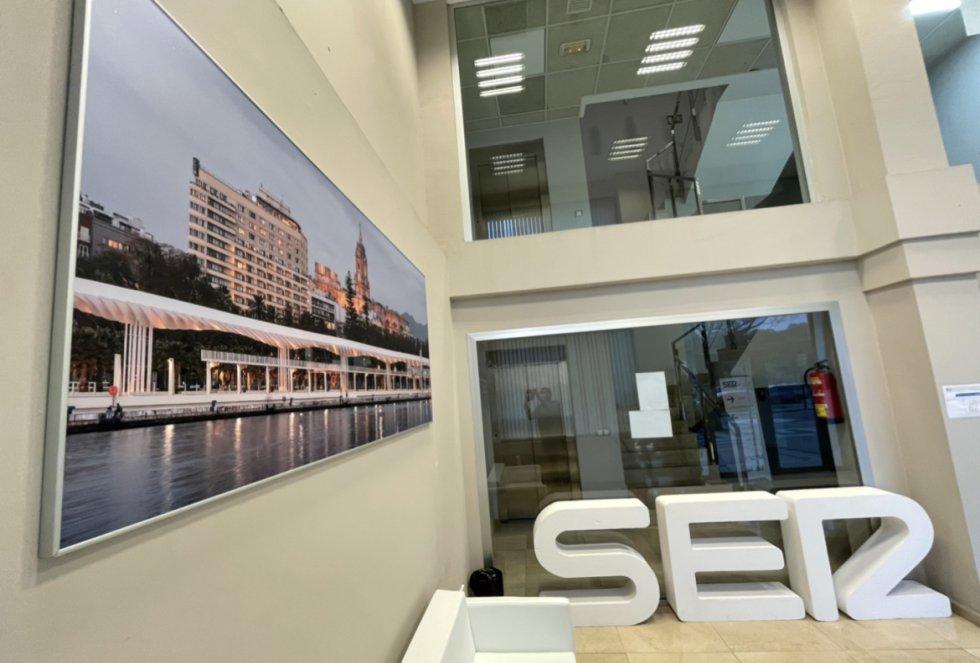 La imagen del Muelle Uno de Málag luce junto a la marca SER