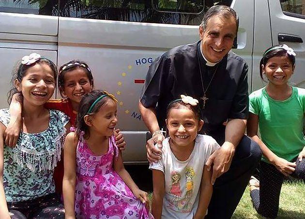 El padre Doñoro junto a un grupo de niñas de Hogar Nazaret.