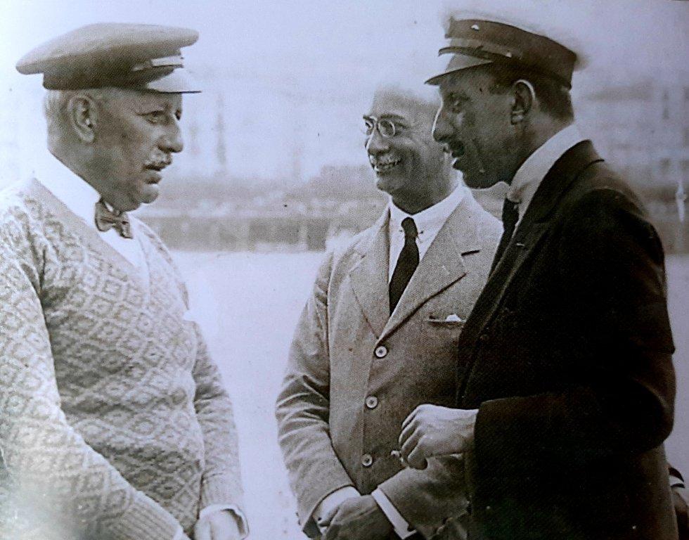 El empresario bilbaíno conversando con Alfonso XIII