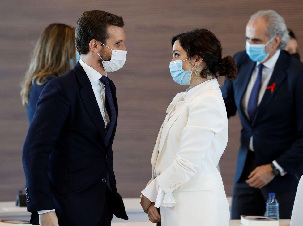 El presidente del PP, Pablo Casado (i) y la presidenta de la Comunidad de Madrid, Isabel Díaz Ayuso (d) durante el acto de inauguración del nuevo hospital de Emergencias Enfermera Isabel Zendal este martes.