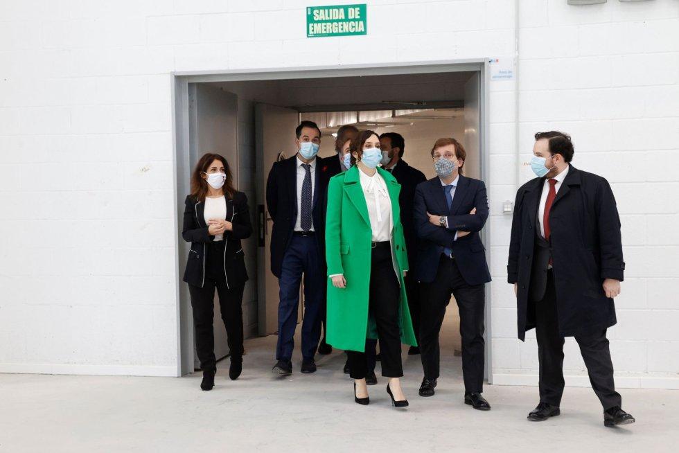 La secretaria de Estado de Sanidad, Silvia Calzón (i); la presidenta de la Comunidad de Madrid, Isabel Díaz Ayuso (3d); el alcalde de Madrid José Luis Martínez Almeida (2d) durante la inauguración del nuevo hospital de Emergencias Enfermera Isabel Zendal este martes.