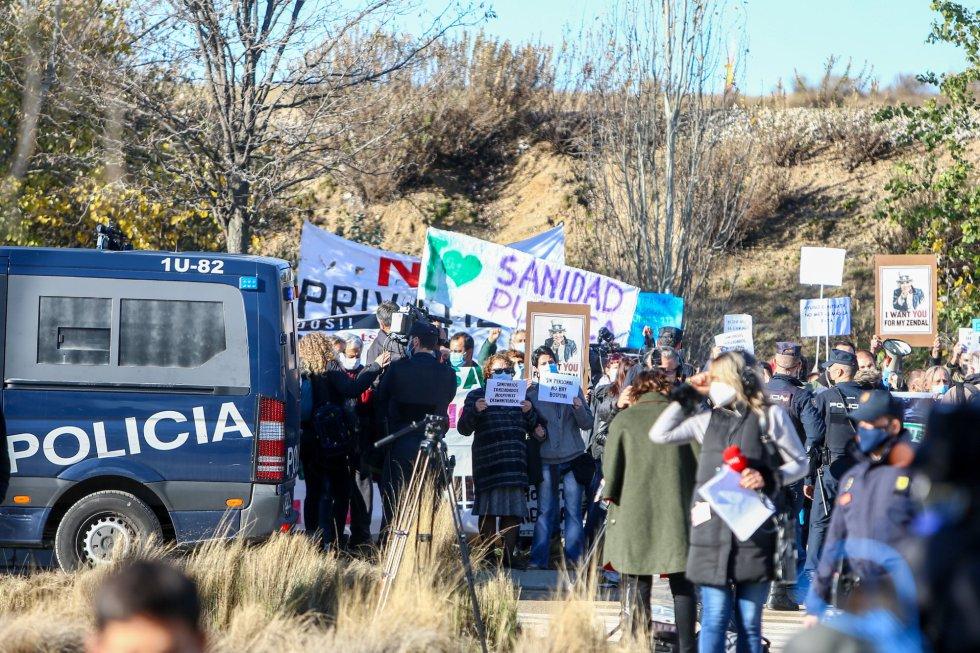 Varias personas se manifiestan con pancartas durante una concentración convocada por la plataforma Sanitarios Necesarios.