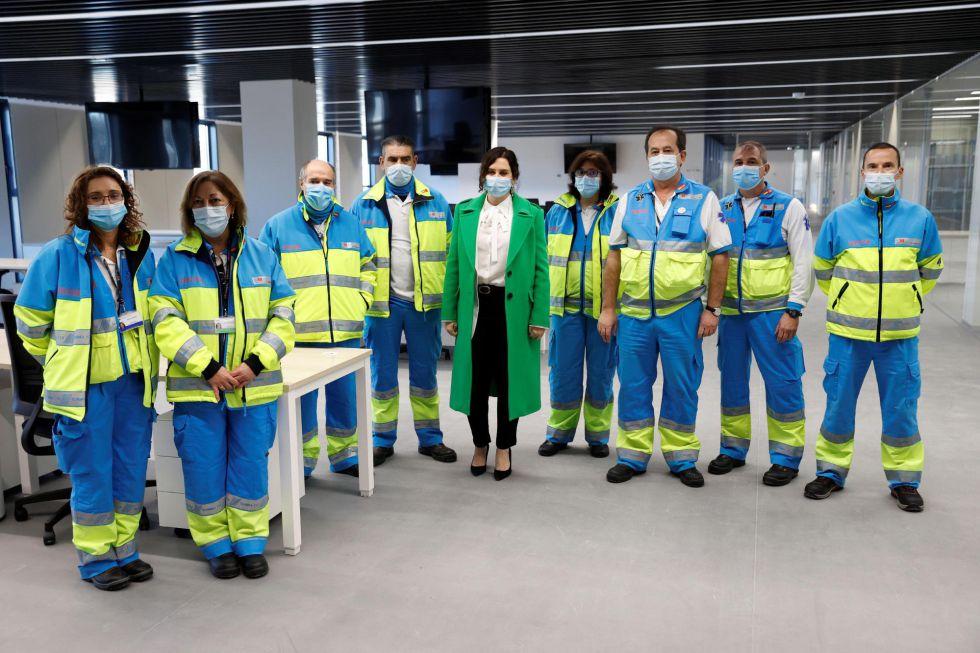 La presidenta madrileña, Isabel Díaz Ayuso, posa junto a varios sanitarios en el interior del hospital de Emergencias Enfermera Isabel Zendal, que se inaugura este martes.