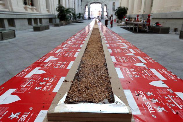 El Palacio de Cibeles ha albergado este viernes la elaboración del turrón de chocolate más largo del mundo, de 50 metros de largo, y cuyos beneficios se destinarán a fines sociales de la Fundación Esperanza y Alegría.