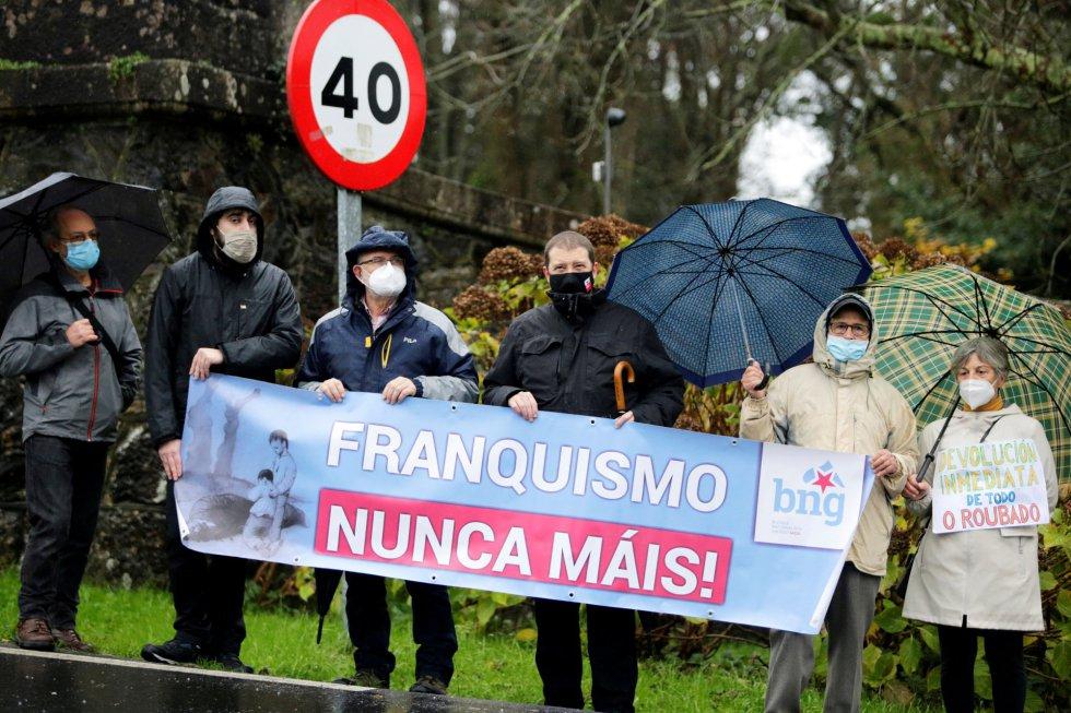 Un grupo de personas portan una pancarta frente al Pazo de Meirás en el día en el que debe pasar a manos del Estado tras 82 años con la familia del dictador Franco.