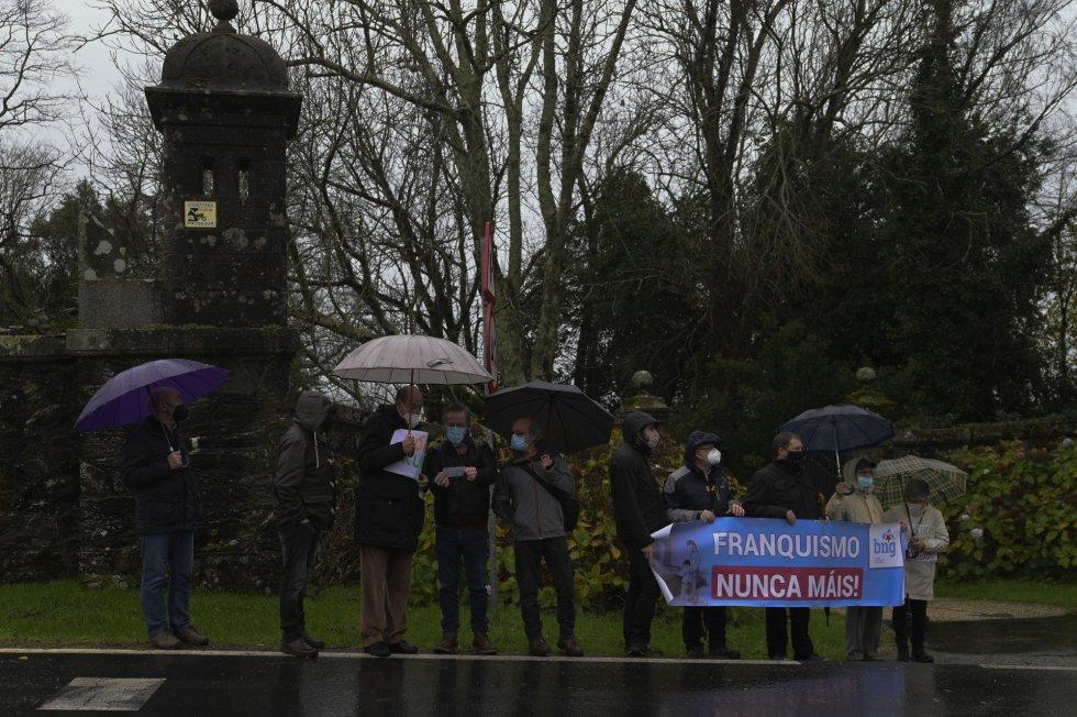 Varias personas se concentran con una pancarta en la que puede leerse 'Franquismo nunca máis' en el día de la entrega del pazo de Meirás al Estado.