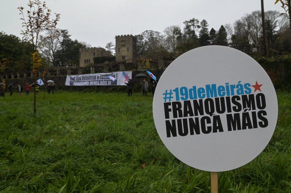 Cartel en el que se lee '#19deMeirás Franquismo Nunca Máis' durante un performance del BNG en las inmediaciones del pazo.