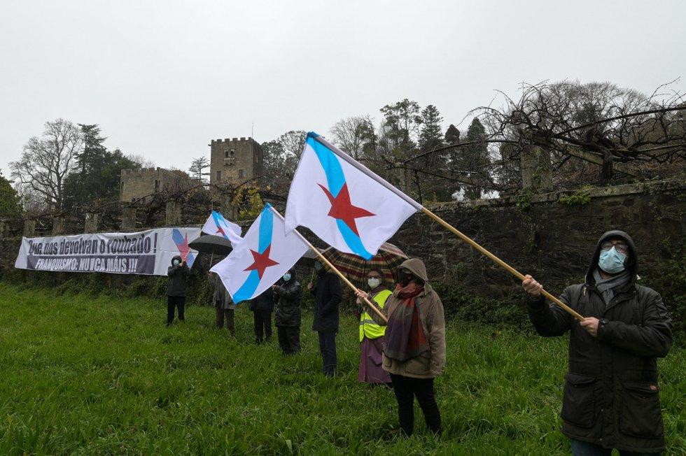 Manifestantes del BNG ondean la Estreleira en las inmediaciones del pazo de Meirás el día de su entrega al Estado.