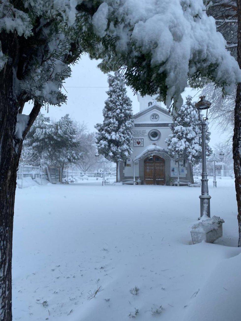 La ermita de N.S. de La Soledad en Parla presentaba esta espectacular imagen.