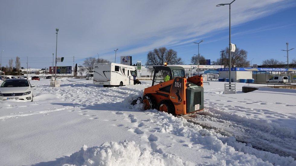 Además de las labores de limpieza, el ayuntamiento de Pinto habilitó varios pabellones para los conductores atrapados en la A-4