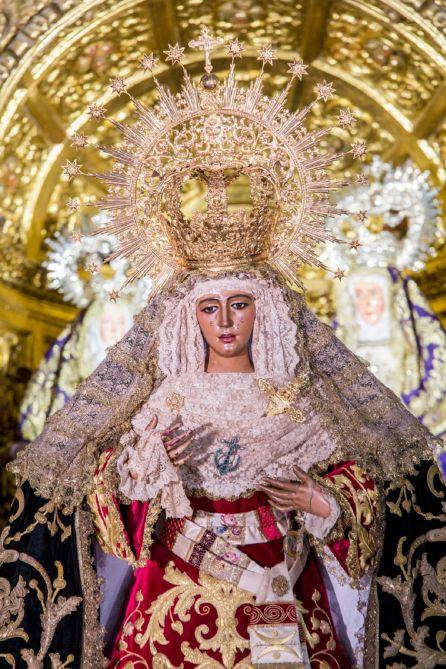 La Esperanza de Triana ante las imágenes de Santa Ana, la Virgen y el Niño